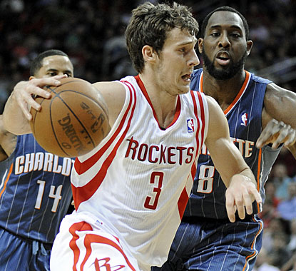 Goran Dragic scores 14 points and has 10 assists in one of Houston's better offensive games this season. (AP)