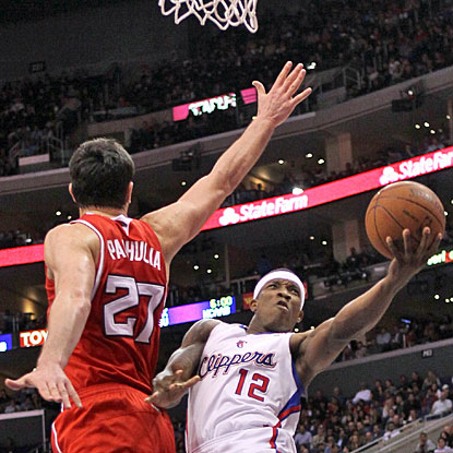 Clippers reserve Eric Bledsoe makes a basket over Zaza Pachulia to help his team with 14 points. (Getty Images)