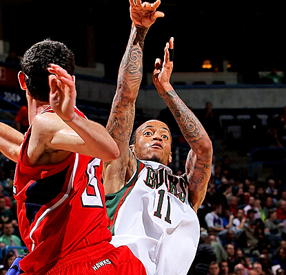 Monta Ellis helps keep the Bucks' playoff hopes alive, scoring a game-high 33 points against the Hawks. (Getty Images)