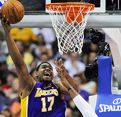 Andrew Bynum returns to the starting lineup in a big way, scoring a game-high 36 points against the Clippers. (AP)