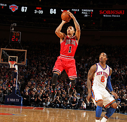 Derrick Rose plays 39 minutes in his return from a 12-game absence, scoring a team-high 29 points in the Bulls' loss in N.Y. (Getty Images)