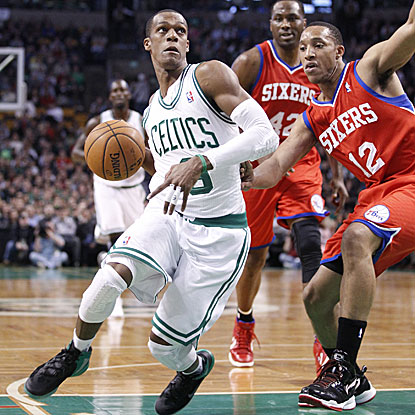 Rajon Rondo hands out 15 dimes in the Celtics' win, making it 17 consecutive games for the PG with double-digit assists.  (US Presswire)