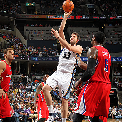 Marc Gasol tallies team-highs with 18 points and seven assists to lead the Grizzlies over the Clippers.  (Getty Images)