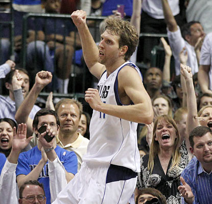 Dirk Nowitzki puts on a show for Dallas fans. He scores 35 points, including 21 in the final quarter to help the Mavs win. (AP)
