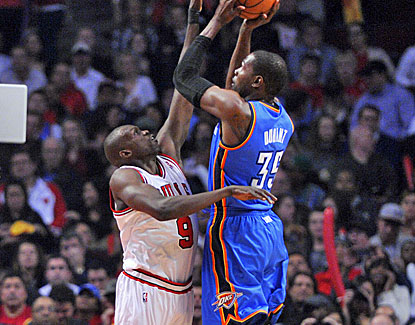 Oklahoma City forward Kevin Durant starts off slowly but lights up the Bulls in the fourth quarter. (US Presswire)