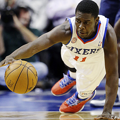 Jrue Holiday tallies 18 points and seven assists to help the Sixers snap a six-game losing streak to the Mavericks. (AP)