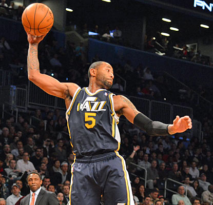 Jazz point guard Mo Williams puts up 19 points and dishes out six assists, but also turns the ball over five times. (Getty Images)