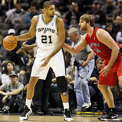 Tim Duncan scores 15 points as the Spurs roll to a 20-point win, snapping the Raptors' longest winning streak in three years. (AP)