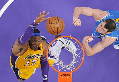 New Orleans forward Jason Smith (right) can do little to stop Dwight Howard, who scores 24 points on 9-of-13 shooting.  (AP)