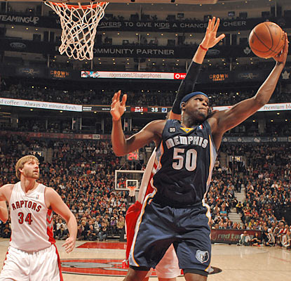 Double-double machine Zach Randolph produces 17 points and 18 boards to help keep the Grizzlies in the win column. (Getty Images)