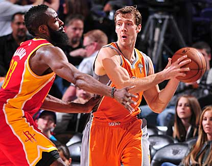 Goran Dragic comes up big in the fourth quarter with 13 points to lead Phoenix to a home win over the Rockets. (Getty Images)