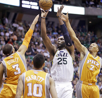 Al Jefferson scores 25 points on 12 of 23 shooting from the field. He also finishes with nine boards. (AP)