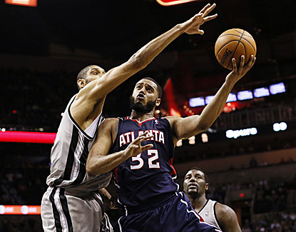 Tim Duncan rallies the Spurs to a two-point win over Atlanta with 31 points, 14 boards and four blocks. (USATSI)