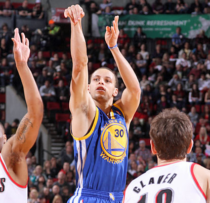 Stephen Curry breaks Ray Allen's single-season 3-point total of 269 set in 2005-06. (Getty Images)