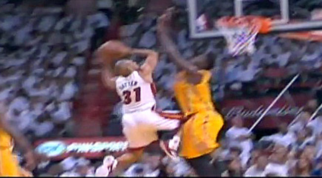 Battier inadvertently kicks Hibbert in groin