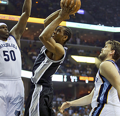 Kawhi Leonard battles though contact during the Spurs' comeback victory over the Grizzlies in Memphis.  (USATSI)