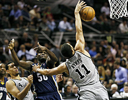 San Antonio's Jeff Ayres (right) snatches a rebound before the Grizzlies' Zach Randolph can get to it. (USATSI)