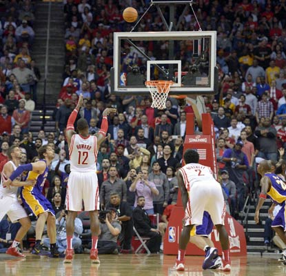 Dwight Howard shoots 5 of 16 from the free-throw line, giving the Lakers a chance to steal the game late in the fourth.  (USATSI)