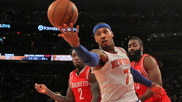 Carmelo Anthony is in the middle of several strange plays in the waning moments. (USATSI)