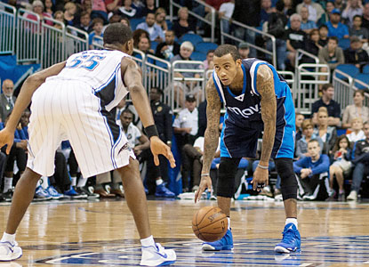 Monta Ellis scores a team-high 19 points and also provides eight assists in the Mavs win. (USATSI)
