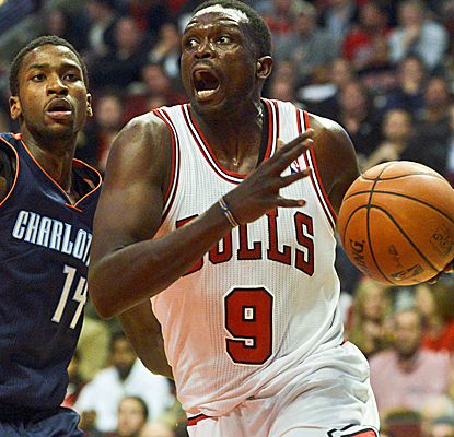 Luol Deng is one of the only Bulls to provide much offense, scoring 21 points in a defensive battle.  (USATSI)