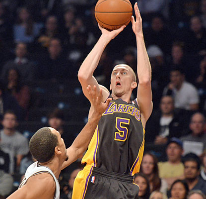 Lakers guard Steve Blake chips in with nine points but also provides a game-high 10 assists. (USATSI)