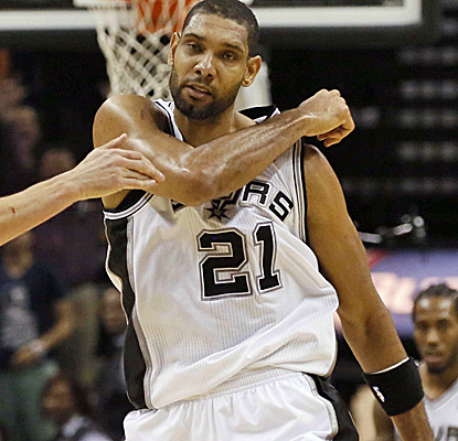 Tim Duncan caps one of the best games of his career with a tiebreaking basket in the final moments.  (USATSI)