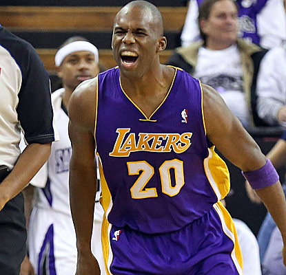 Jodie Meeks knocks down five 3-pointers, and the Lakers have now won five of their last seven games.  (USATSI)