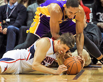 Kyle Korver scores eight straight points to spark the Hawks' key 17-2 run in the second half against the Lakers. (USATSI)
