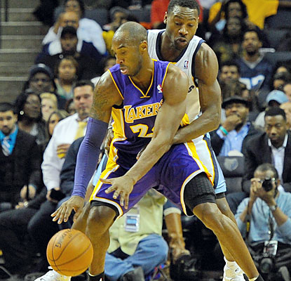 Kobe Bryant, who scores 21 points, suffers a scare after tweaking his left knee in the second half. (USATSI)