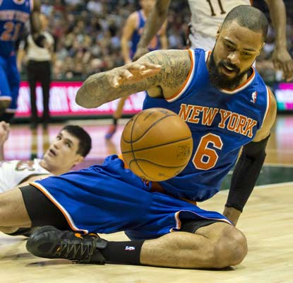 Tyson Chandler, in his first game since Nov. 5, helps the Knicks in the paint with nine points and nine rebounds.  (USATSI)