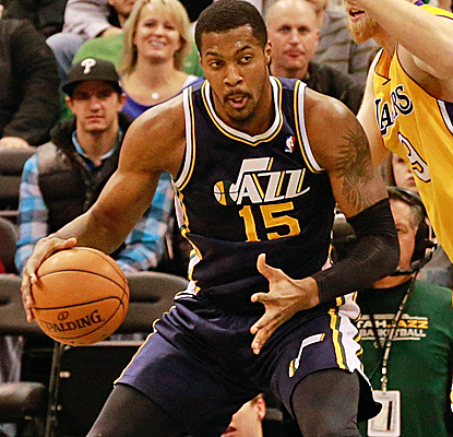 Derrick Favors, who posts 18 points and 14 boards,wins it for the Jazz with a putback dunk with 2.1 seconds left.  (USATSI)