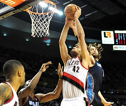 Portland's hot 3-point shooting opens things up inside for Robin Lopez (42), who makes 7 of 10 shots.  (USATSI)