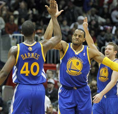 Andre Iguodala nails a 3-pointer as time expires and the Warriors stretch their winning streak to eight games.  (USATSI)