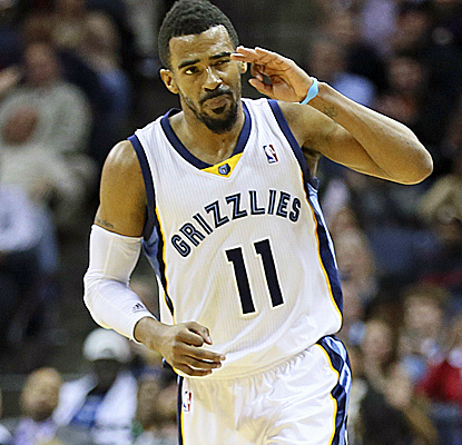 Mike Conley scores 25 points and makes the play of the game by controlling a jump ball in the final seconds.  (USATSI)