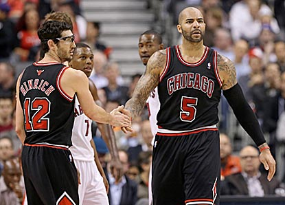 Kirk Hinrich and Carlos Boozer help lead the way for Chicago, which pulls out a road victory against Atlantic-leading Toronto.  (USATSI)