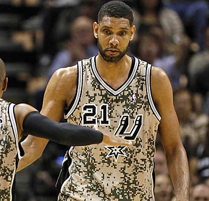 Tim Duncan posts 17 points and 16 boards, hitting a big jumper to break a tie late in the fourth quarter.  (USATSI)