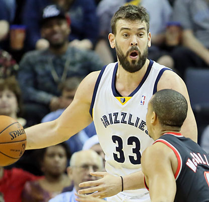 Marc Gasol, who scores a team-high 19 points, helps Memphis take a one-game lead over idle Phoenix for the eighth seed. (USATSI)