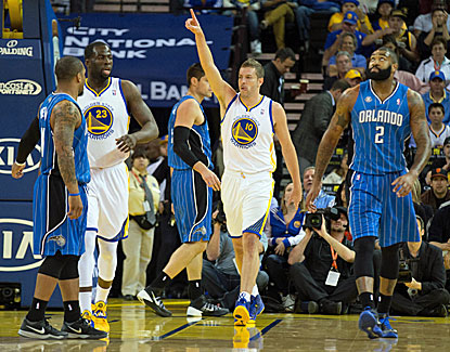 David Lee picks up a double-double with 20 points and 10 boards in the Warriors' win over skidding Orlando. (USATSI)