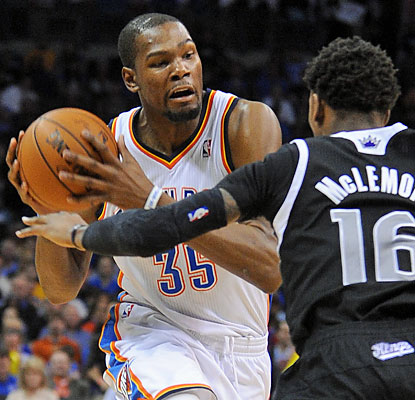 MVP candidate Kevin Durant scores 29 points, making it 37 straight games with 25 or more points. (USATSI)