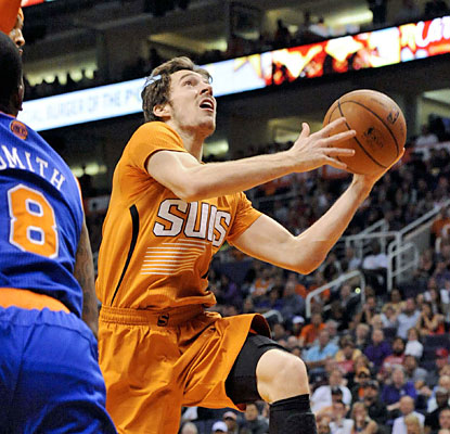 Goran Dragic (32 points in 32 minutes) helps the Suns move one game ahead of idle Dallas for the eighth spot in the West. (USATSI)