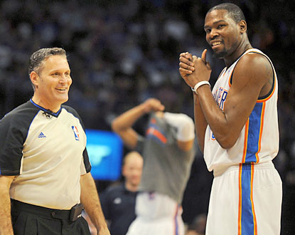 Even Monty McCutchen appreciates the greatness of Kevin Durant, who scores 25-plus points for the 38th straight game. (USATSI)