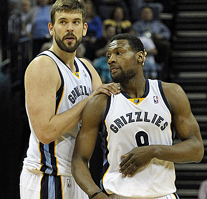 Marc Gasol posts a double-double and Tony Allen adds 15 points as the Grizzlies move into the No. 8 seed.  (USATSI)