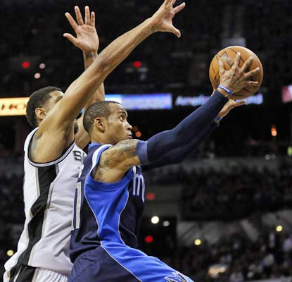 Monta Ellis nets 21 points in Game 2 and the Mavericks end a 10-game losing streak to the Spurs.  (USATSI)