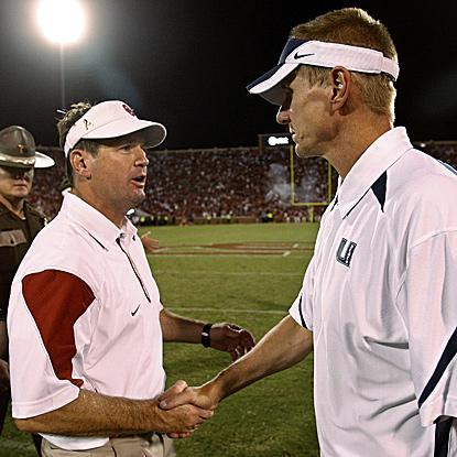 Oklahoma coach Bob Stoops (left) shakes hands with Utah State's Gary Anderson after the game.  (AP)
