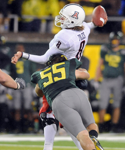 Ducks LB Casey Matthews goes after Wildcats QB Nick Foles. (AP)