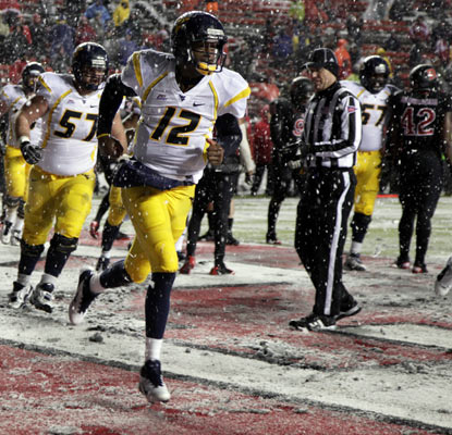 Geno Smith scores on a fourth-down run in the fourth quarter to give the Mountaineers an important road win in the Big East.  (AP)