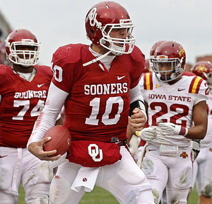 Blake Bell plays finisher for Oklahoma, coming off the bench to rush for both Sooners touchdowns.  (AP)