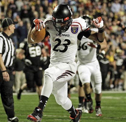Isaiah Pead roams into the end zone and tallies 149 yards rushing for the co-Big East champion Bearcats.  (AP)