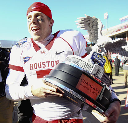 Case Keenum closes out his college career with a 532-yard, three-touchdown outing in Houston's bowl victory.  (US Presswire)